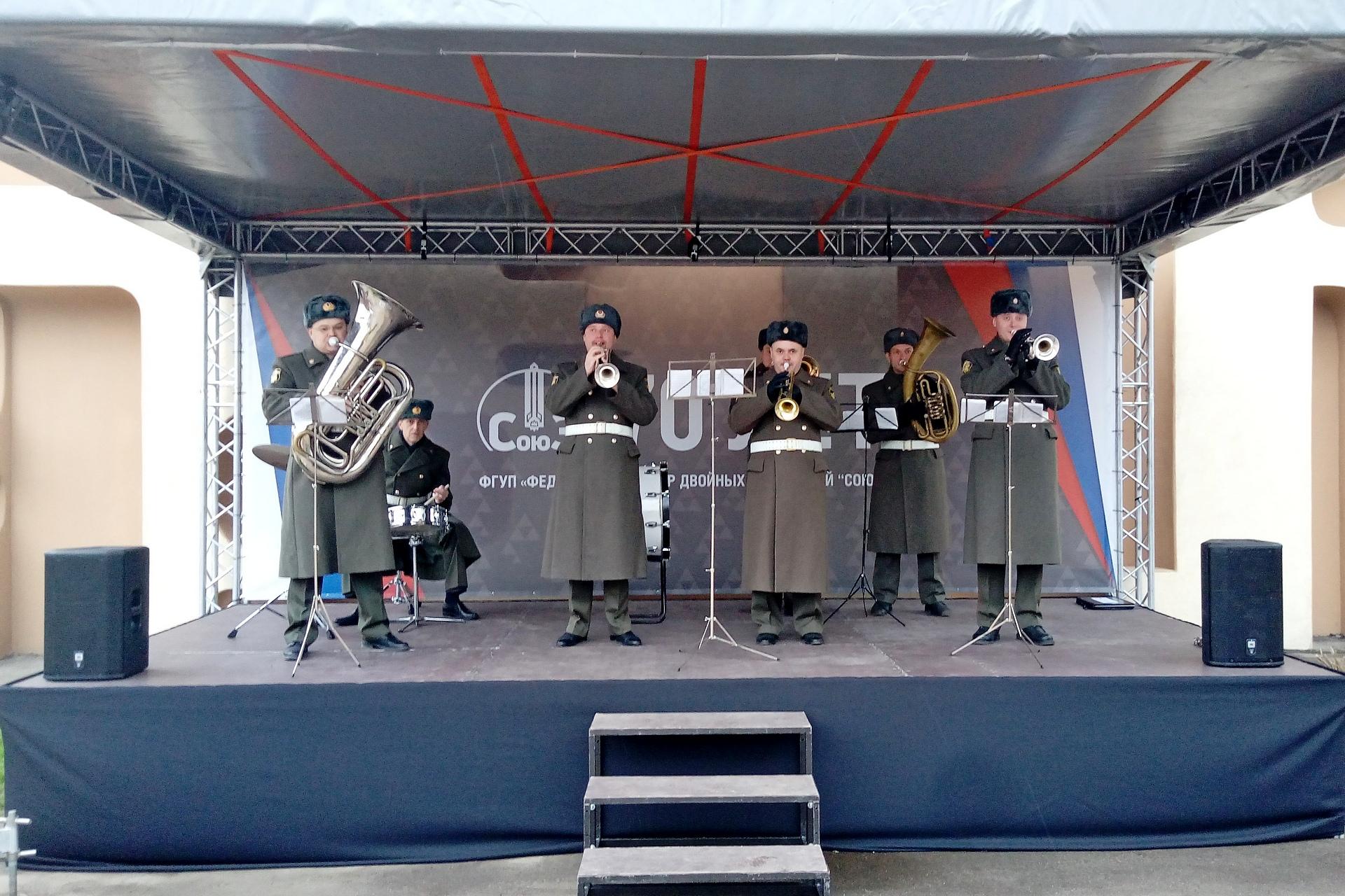 Военный оркестр в шинелях